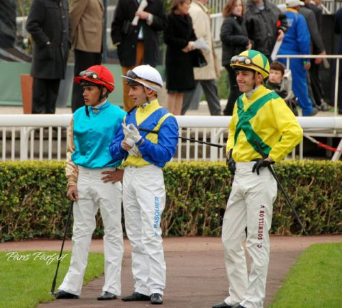 jockeys_wait_for_their_horses